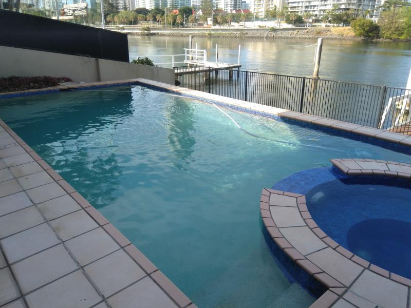 pool cleaner Broadbeach
